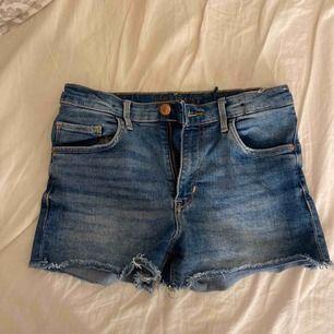 För små shorts, lite slitna men syns inte