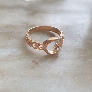 Guldfärgad ring med en liten diamant som aldrig blivit använd! Köparen betalar frakt, 7 kr.