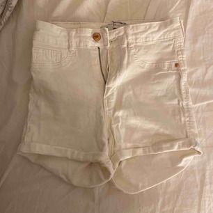 Vita shorts från ginatricot Bra skick, använda fåtal tillfällen