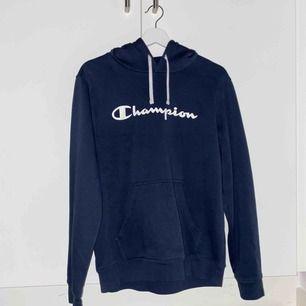 blå champion hoodie som är lite urtvättad, köptes för ungefär ett år sedan