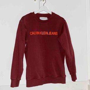 röd ck jeans sweatshirt som är i toppenskick, köptes för knappt ett år sedan