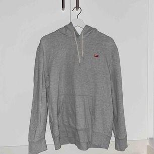 grå levis hoodie som är lite urtvättad men annars i bra skick
