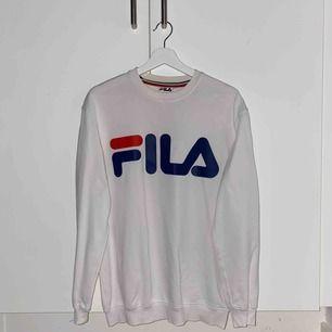 vit fila sweatshirt som köptes för 499kr ett år sedan, i bra skick förutom de gula deodorant fläckarna vis armhålorna