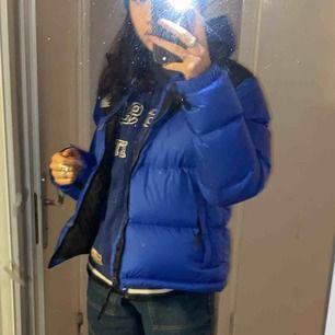 Intresekoll på min north face jacka, i nyskick. Köpt från north face hemsida för 2500, skriv vid indtresse💓💓 tjejmodell