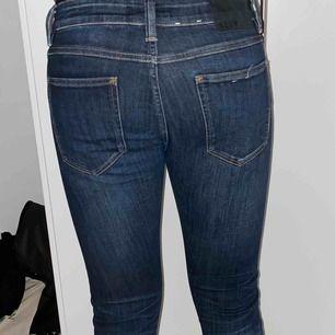 marinblåa neuw jeans som sitter tight, köptes ett par år sedan och är i bra skick