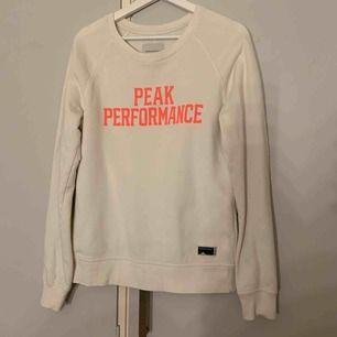 Tröja från Peak Performance i stl M. Aldrig använd men prislapp avtagen.