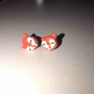 orangea räv-earstuds möter upp i stockholm annars står köparen för frakt
