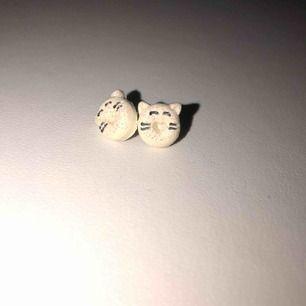 glittriga vita earstuds med hjärtformad grop och ögon & öron & morrhår möter gärna upp i stockholm annars står köparen för frakt