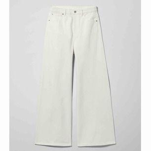 Vita ace jeans från Weekday i bra skick, förutom att det är några fläckar(se bilder, går nog att bleka bort)✨✨ 200kr med frakten inräknad! nypris 500kr.