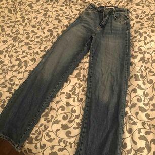 Supertrendiga vida/ straight leg jeans från zara som är slutsålda! Sitter jätte fint på, använda men i bra skick. Säljer på grund av att de blivit lite försmå för mig men normala i storleken. Köparen står för frakt från Spanien!