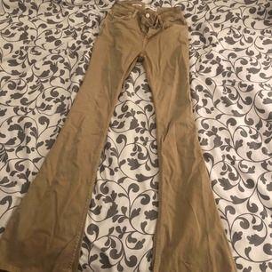 Bootcut flare jeans från mango i storlek 34! Jätte sköna och snygga men har inte kommit till så mycket användning för mig. Köparen står för frakt från Spanien!