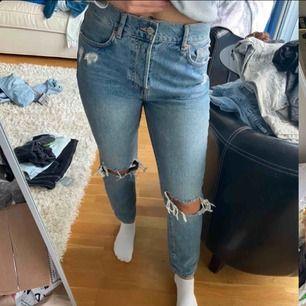 Ett par fina jeans som är köpta här på plick, dem är inte alls använda av mig då dem inte passade (därmed förra ägarens bilder), ända defekten är att ena hällan har gått sönder men syns inte så mycket på, skriv för fler frågor :)