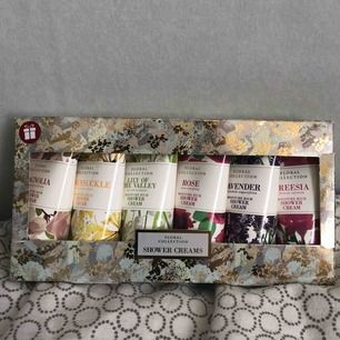 Lyxig presentbox med showercream. Härliga blomdofter. Oöppnad paket. Fri frakt!!