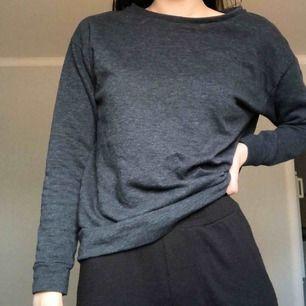 Grå sweater från topshop i storlek S. Fint skick. Köparen står för frakten.