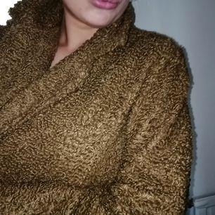 Så himla mysig och fin teddy jacka från boohoo. Ser ut som en kappa mixat med teddyjacka. Jättefin! Inköpt för runt 600 kr på boohoo nyligen. Aldrig använd, endast provad! Storlek S/M och färg brun/beige. Se även mina andra annonser! 🖤