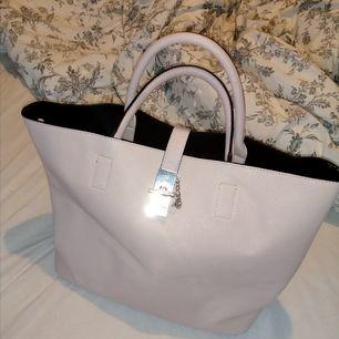 En jättefin väska som vill hitta nytt hem! Sällan använd, minns ej vart den är inköpt. Alla remmar till den ingår. Frakt tillkommer. Säljer även fler saker kolla min profil! 🖤