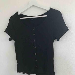 Superfin svart T-shirt i ribbat material från Monki i strl M men passar även S. Nästan aldrig använd så i bra skick! Köpare står för eventuell frakt. Blir 105kr inkl frakt💗⚡️