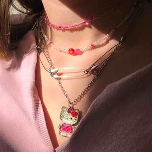 hello kitty och säkerhetsnål halsband, 50kr/st