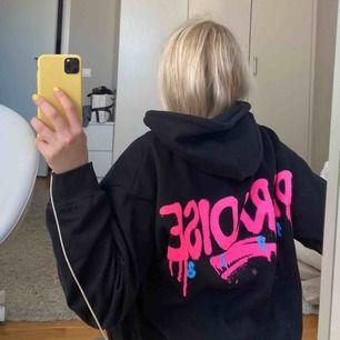 Slutsåld populär hoodie! Super eftertraktad och super snygg! Sitter perfekt! Lånade bilder! Hör av er till mig om ni är intresserade! Start bud 350kr eftersom det är min favvo hoodie och den är super eftertraktad! 😍