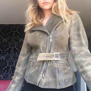 Sjuuukt snygg jacka i läder. Köpt för något år sedan i en vintagebutik i Paris! En favorit som sitter väldigt snyggt på!