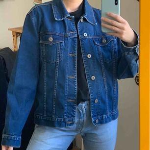 Mörkare vintage jeansjacka. Står storlek XL men sitter snyggt oversized på mig med 36! Frakt på ca 63-95kr ingår i priset. Är snyggt vintage sliten, som den ska vara 💗