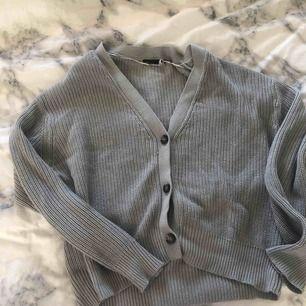 Säljer denna gråa koftan för att den tyvärr ej användas! Strl M men sitter fint oversized o croppsd på xs/s, fraktar och möts i Sthlm!
