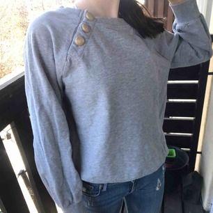 Snygg grå tröja med guldknappar.  Stl:xs köpt på Lindex.   Fri frakt!