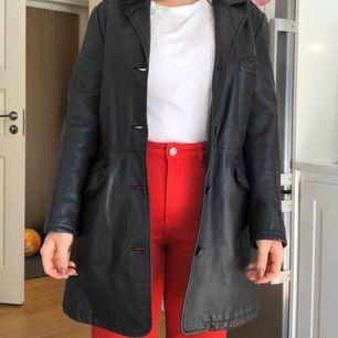 Vintage läderkappa! Mycket fint skick. Knapparna sitter lite löst men går lätt att fixa. Köparen står för frakt 59kr