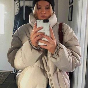 Jag säljer nu denna beiga jacka! Den är väldigt oversized men är så snygg!! Den är som i nyskick och är använd Max 2-3 gånger. Säljer den då jag inte fått så mycket användning för den som sagt. Frakt tillkommer