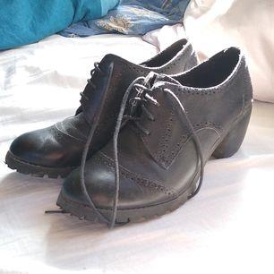 Fina svarta creepers skor i storlek 39, läderimitation, inköpta för ca 1 år sedan och bara använda ett fåtal gånger. Säljes för att de inte passar mitt fotvalv.