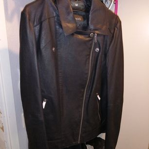 Helt ny oanvänd läderjacka i bikermodell strl  S. Frakt tillkommer.