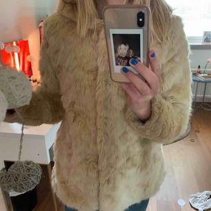 Min ASFINA pälsjacka (fake päls såklart) ska jag nu sälja🥺 säljer pga att den har blivit för liten för mig. Så skön och mysig. Använd ett antal gånger men i ett mycket fint skick🧡