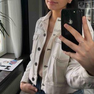 Super söt vit kort jeansjacka! Använd runt 10gånger