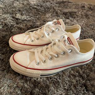 Ett par helt nya och oanvända vita converse i storlek 39, köpte dom I somras för runt 600kr