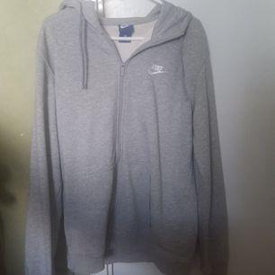 En grå hoodie från Nike. Näst intill oanvänd. Avsedd för män men passar även för tjejer. Storlek M (män) - blir lite oversized på kvinnor. Tar antingen swish eller kontant. Möts upp i Norrköping.
