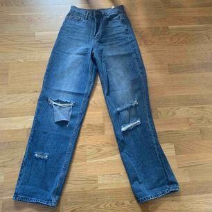 Superfina boyfriend jeans från boohoo i storlek 34 fast skulle säga att den är ganska stor i storleken.  Köpt på Plick fast ej använd av mig eller ägaren innan. Säljer pga att dom e för stora. Ej inklusive frakt🥰