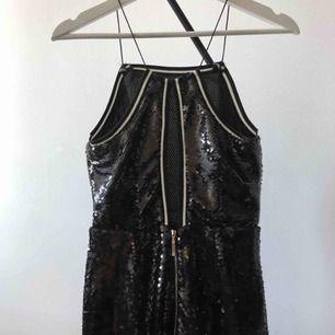 Svart paljettklänning från NLY Trend. Nästintill oanvänd. Ej stretch tyg (Frakt tillkommer om den ska skickas)