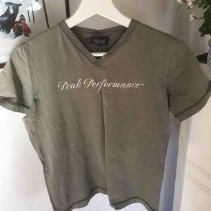 Militärgrön t-shirt från Peak Performance. Storlek 160. Frakt ingår inte:)