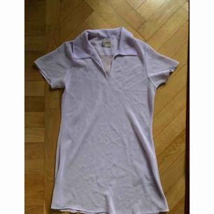 Halvtransparent lila klänning köpt second hand. Tror det är storlek xs, men den är lite oversize i modellen. Något trådig vid urringningen (var så när jag köpte den) men det är inget man störs av.