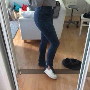 Säljer dessa as snygga jeans med slits från zara! Finns inte att köpa längre. Dem är super stretchiga så skulle säga att de passar xs-m! 💗
