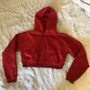 röd croppad hoodie från carlings. jättemjuk och mysig inuti! använd kanske 2-3 gånger?