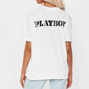 Sjukt snygg och oanvänd oversize t-shirt från Missguided x Playboy. Köptes för 350kr. Kan skicka fler bilder om det behövs🤍 storlek XS men är somsagt oversize så kan säkerligen passa upp till M✨