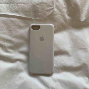 Vitt Apple IPhone skal i väldigt bra skick. Väldigt tåligt Inga sprickor + har inte tappat färg, Köparen står för frakten och betalning sker via Swish💕