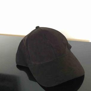 En svart mockakeps från Åhlens, köparen står för frakt💓
