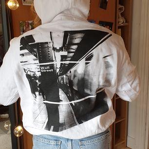 Varsamt använd hoodie. Vit hoodie med röda detaljer såsom snören och text på luva och arm. På ryggen är det ett tryck. Storlek S/M killstorlek. Men passar tjejer också. Köparen står för frakten