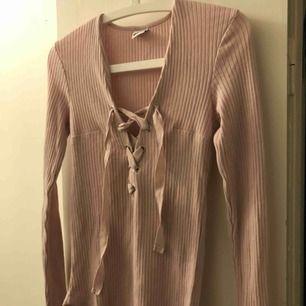 Rosa tröja med snörning. Storlek S