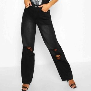 Säljer dessa populära jeans från bohoo. Helt oanvända prislapp finns kvar, för tillfället slutsålda. Lånade bild från google då dom är för små för mig. Köparen står för frakt
