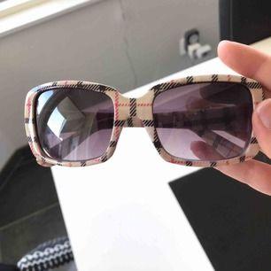 Burberry y2k vintage inspirerade glasögon  Fina och oanvända  Frakt 20 kr eller 40 i postens blåa påsa!