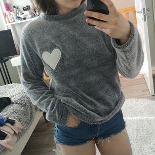 Gosigaste tröjan nånsin, känns som att ha på sig en filt, priset är exklusive frakt🦋