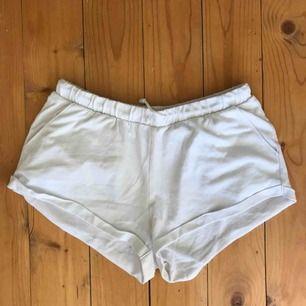Vita mjukisshorts med fickor